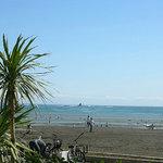 サザンビーチカフェ - 遠くには烏帽子岩が見えます