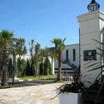 サザンビーチカフェ - 反対側は茅ヶ崎迎賓館(結婚式場)