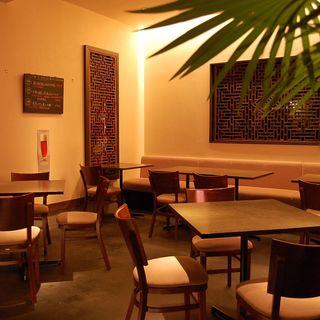 元デザイナーの店主が設計した落ち着いた大人の雰囲気の店内空間