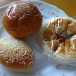 ポポロ -  左よりプチカレー、粒あんぱん、焼きそばパン
