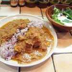 KAMMO Curry+Cafe Asakusa - 2種のカレーのハーフ&ハーフ(1000円) この日は浅草キーマカレーと骨付きチキンカレー