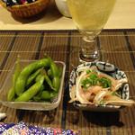逆いちょう - まずはハイボールと生ビールで乾杯。 お通しは、大皿料理の中から出てきます。 これは2人分で、枝豆とミミガー。