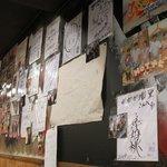 ガガガ職堂 - 店内壁にはTVキャプチャとサインが所狭しと貼ってあります。