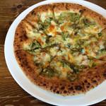 27825123 - グリーンカレーとチーズのピザ