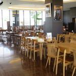カフェ クロスロード - 食堂というだけあってテーブル席が多数