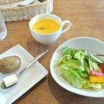 27827141 - セットのポテトとカップスープとサラダ