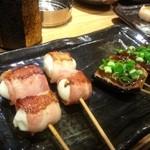 鉄板神社 - うずらベーコンと、茄子田楽。奥にちらっと貝柱の蟹味噌焼き