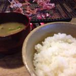 地鶏焼 ふかせ - ご飯と味噌汁です。
