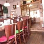 カフェ デリデリ - カウンターも、奥にはテーブル席も有りで (*´ω`*)