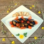 MOMO - 味自慢のトマトとムール貝のワイン蒸しバケット付き