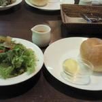エッセンス - パスタセット ¥1200のサラダ、パン