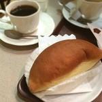 志津屋 - たっぷりクリームパンとホットコーヒー