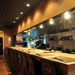 川村料理平 - 同時に最大9名様のカウンター席。