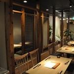 川村料理平 - テーブル席と小上がり個室
