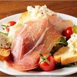 ワイン食堂 がっと - 自家製チーズと生ハムのサラダ