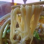 徳翔楼 - 白っぽい色の柔らかめの中細縮れ麺