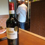 ステーキハウスいけだ - ワインを探してくれているオーナーの後ろ姿