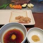 ステーキハウスいけだ - 酸味のあるあっさりとした鶉の卵入りのタレと、練り辛子でステーキをいただきます