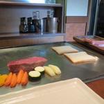 ステーキハウスいけだ - 焼き始めは厚みのあるヒレと野菜から