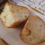 オイスターラバーズ - アヒージョにはパンもついています。