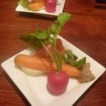 あまからくまから - お通しは鮮度の良く味の濃い野菜の盛り合わせでした。