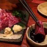 あまからくまから - 馬刺しは熊本の甘めの刺身醤油、ニンニク、ショウガと。