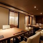 ゆずりは - 開放的な窓際のテーブル席