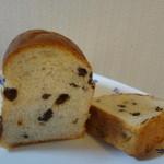パンの家 ラ・ママン - ミニレーズンをカット