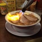 麺や ゼットン - バラバター780円  昭和な店内なので店名も昭和な感じなのかと思ったら、ゼットンはウルトラマンの怪獣ではなく、絶豚らしい。  デス煮干しやドロ煮干しなどの魅力的なメニューもあったが、ずっと煮干し漬けなのと、一番人気ということで、バラそば バター入りを発注。  鶏の効いた煮干しスープに、配膳後バーナーで炙ってくれる豚バラが乗り香ばしい。衝撃でした。  青森県産シャモロックと煮干しのコラボのスープは奥