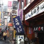 茶居留奴 - 立ち食いそば屋さんと回転寿司の間の階段を上がります。