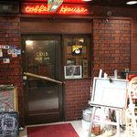 茶居留奴 - 店の入口の上には「コーヒーハウス」、左側の立て看板には「ショットバー」って書いてあります。