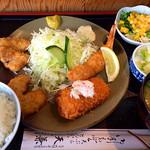 天兼 - ランチA定食。海老フライ、カニクリームコロッケ、一口ヒレカツ、小鉢、お椀、ごはん。800円か850円でした。
