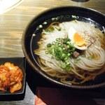 """27878937 - 冷麺と""""別辛""""キムチ。"""