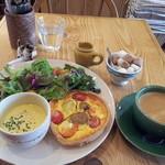 ア・ラ・カンパーニュ - キッシュランチ972円 スープ、サラダ、ドリンク付