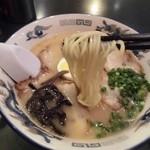 一龍軒 - 加水率高めの中太麺はモッチリとした腰があります