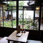 速魚川 - 店内より中庭を眺める