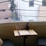 27893388 - 窓際のソファー席は二人用と六人用