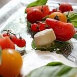 Amite - 色々なトマトのカプレーゼ 水牛モッツァレラと自家製リコッタチーズ添え