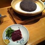 27897398 - 日本一のレバー焼♪後ろの溶岩で中心まで火を通します。