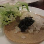 モン・トレゾール 東京 - そば粉のブリニ、キャビアとサワークリーム添え