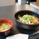 美っちゃんチロリン村 - 和牛すじ丼290円(税込み313円)、スープ付き