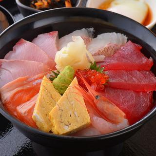 ランチも営業中!贅沢海鮮丼が税込み930円!