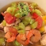 麺処hachi - 胡瓜、トマト、海老、サイコロチャーシュー、胡瓜ペーストに…