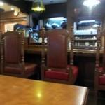 牛亭 - 入店した時はまだ座席に空席はありましたがさすがに愛し続けられた老舗のステーキ店、12時過ぎには常連客でほぼ満席にありました