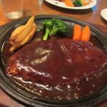 牛亭 - 手造りハンバーグは鉄板の半分位の大きいハンバーグステーキの特製デミグラスソースがたっぷりの柔らかハンバーグです。
