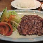 牛亭 - もう一品は牛ロースステーキ、ハンバーグとこの牛ロースのセットをペロリと食べれるんだからまだまだ若いね。