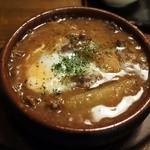 あさり食堂 - 牛スジと大根の味噌赤ワイン煮 温泉玉子添え 580円(外税)
