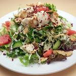 Grillマッシュ - 鶏ササミのカリカリサラダ 3種類のレタスに鶏ササミとトマト、キュウリを 玄米フレークの食感とともに楽しめます