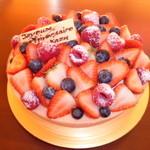 パティスリー ル テニエ - お誕生日ケーキ。ピンクのビスキュイの中には、マスカルポーネとバニラビーンズのクリームといちごのジュレ。現在ラズベリーを使っていません。