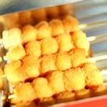 御厨巴屋 - 串に1.5cmほどの小さな団子を5個。きな粉をまぶしています。もっちりした食感がたまらなくなり、何本でもいける美味しさ